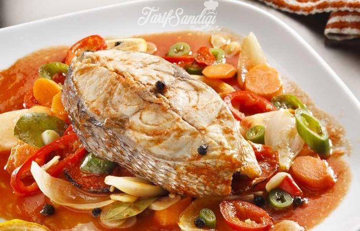 Malzemeler 1 kilo balık 2 adet soğan 2 adet biber 2 adet patates 1 adet kereviz 1 adet havuç 1 çay bardağı zeytinyağı 6 diş sarımsak 3 adet domates 1 limon Tane karabiber Su Tuz