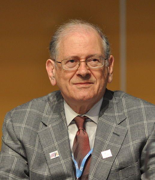 """Robert E. Kahn, est né en 1938. Ingénieur américain, co-inventeur avec Vinton Cerf du protocole TCP/IP, il a élaboré le premier """"protocole de communication par paquets"""" pour répondre à la nécessité de connecter rapidement des ordinateurs différents en cas de guerre. Il expérimente sa technologie sur quatre sites et crée ainsi l'embryon du réseau Arpanet, un projet militaire. Robert Kahn est aujourd'hui membre d'un organisme sans but lucratif qu'il a fondé en 1986."""