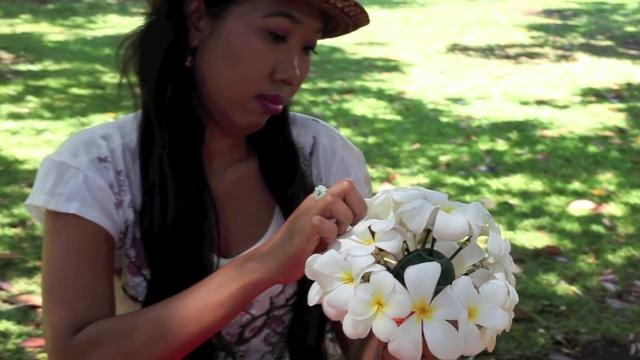 How to make a plumeria bouquet