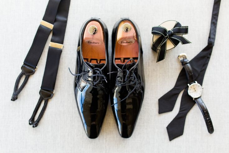 Photographe de mariage Sophie Asselin, Photographe Montréal | Groom's wedding accessories: Finsbury shoes, bye tie, watch and suspenders.