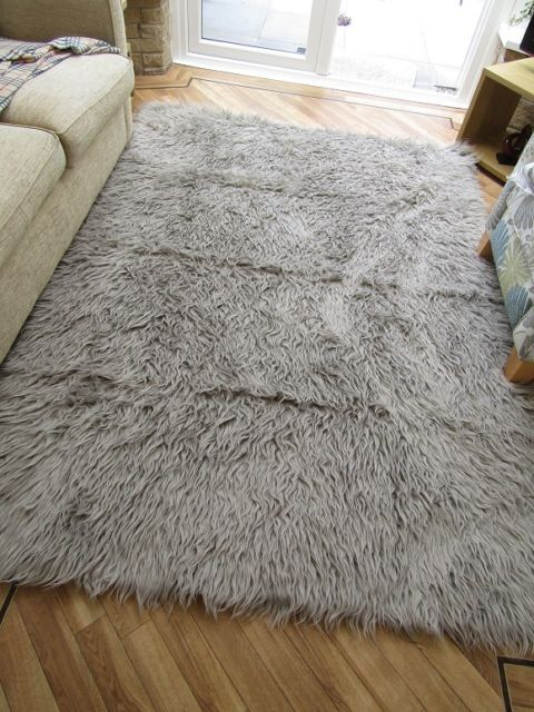 best 25 fluffy rug ideas on pinterest white fluffy rug white fur rug and how to make a rug diy. Black Bedroom Furniture Sets. Home Design Ideas
