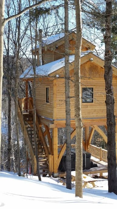 Treehouse in Saint-Jean-de-Matha, Canada. Mon logement est proche de la rivière l'Assomption, la vue exceptionnelle que vous y trouverez seras a coupé le souffle!. Vous apprécierez mon logement pour la vue que vous aurez a flanc de montagne. Mon logement est parfait pour les couples.  Acc...