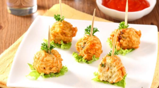Cara buat: Potong-potong mie-Aduk rata mie, bumbu, terigu, wortel, dan telur dalam wadah hingga menjadi adonan-Setelah teraduk rata, bentuk adonan menjadi berbentuk bulat. Ukuran sesuai selera Anda-Goreng hingga berwarna kuning kecoklatan, angkat, dan tiriskan-Bola-bola mie siap disajikan dengan saus tomat atau sambal. Bahan: -1 bungkus mie instan -2 sdm terigu -1 buah wortel -1 butir telur