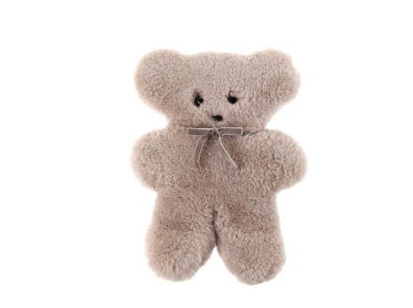 Zacht, onweerstaanbaar… en plat, niet echt wat je verwacht van een teddybeer maar de schattige beertjes van Flatout bear kun je moeilijk niet aan je kleine spruit cadeau doen.