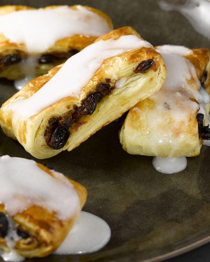 Rozijnenkoeken haal je vaak bij de bakker, maar ze zijn eens zo lekker als je ze zelf maakt! Lekker smeuïge pudding vanbinnen met krokant bladerdeeg. Genieten!