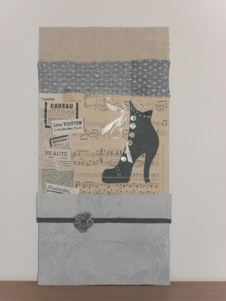 Stivaletto anni '20 realizzato con materiali riciclati: stoffe anni '40, ritagli di riviste e spartito musicale dei primi '900, fiore fatto a mano con scarti di lana