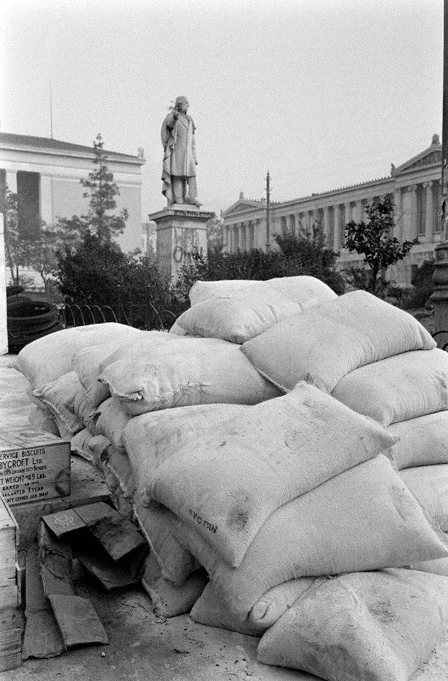 Dmitri Kessel, Δεκέμβριος 1944, σάκοι με άμμο για οδοφράγματα στον οδό Πανεπιστημίου κατά τα Δεκεμβριανά