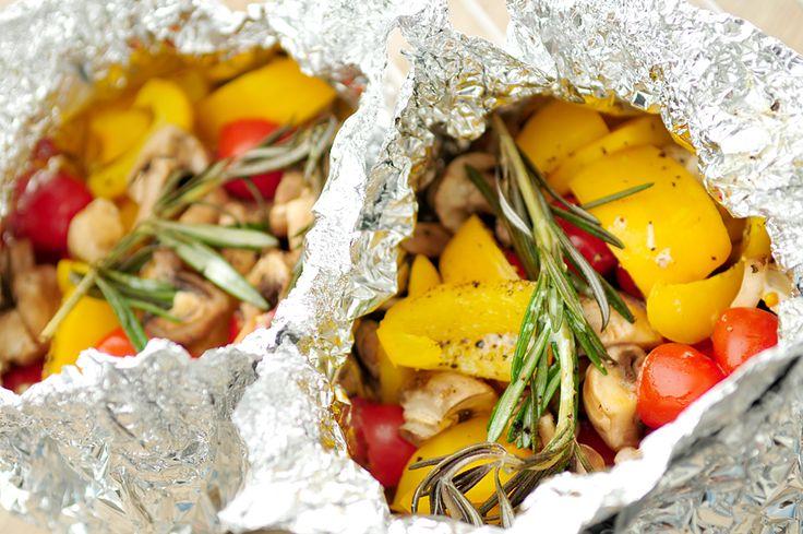 Deze groentepakketjes voor op de barbecue zijn erg gezond en vegetarisch. Wij gebruiken in dit bbq recept champignons, paprika, cherrytomaatjes en rozemarijn en laten de groenten gaar stomen in pakketjes van aluminiumfolie op de bbq.