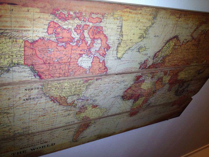 Wereldkaart op hout. Wat een stijlvol idee van Emma! #fotoophout #wereldkaart https://www.fotogeprint.nl/foto-op-hout/