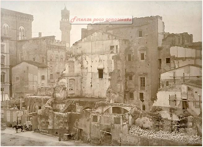 Vecchie case in demolizione in Piazza della Repubblica ma in quel periodo era il Mercato Vecchio
