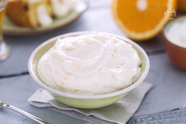 La crema al mascarpone senza uova è una versione più leggera della tradizionale crema utilizzata per farcire i dolci tradizionali.