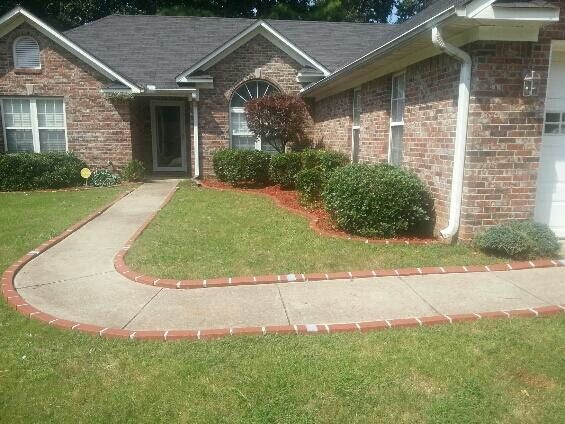 Edging Flower Bed Or Walkway Using Decorative Plastic 400 x 300