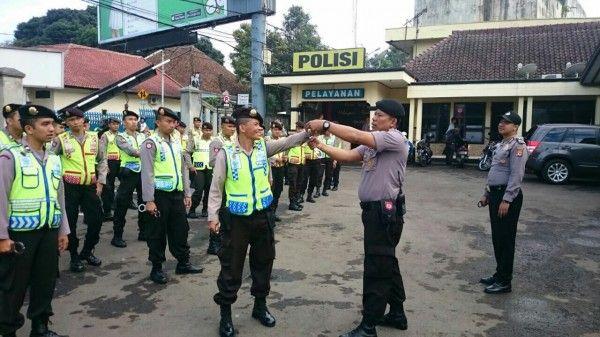 TRIBRATAnews.com – Latihan Rutin Tata Cara Penggunaan Borgol Sabhara Polres Sukabumi Kota