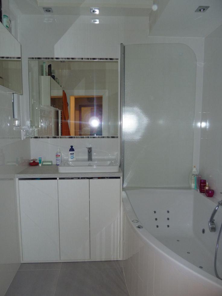 Kúpeľňové skrinky riešené až po zem so vstavaným košom na prádlo