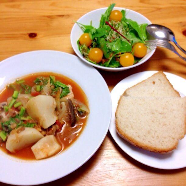 サラダ油は万病の元! DE-OILブログをご覧下さい。 http://deoil.blog.fc2.com/ - 4件のもぐもぐ - レンズ豆のスープ、トマトサラダ. 全粒粉パン by deoil518