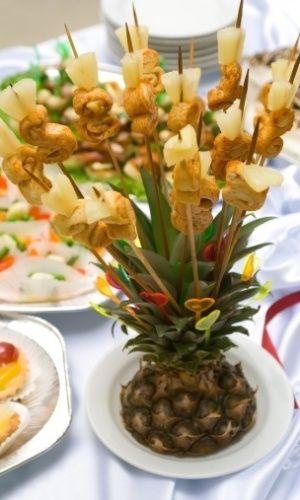 Inspire-se em esculturas de frutas para a decoração festa de casamento.