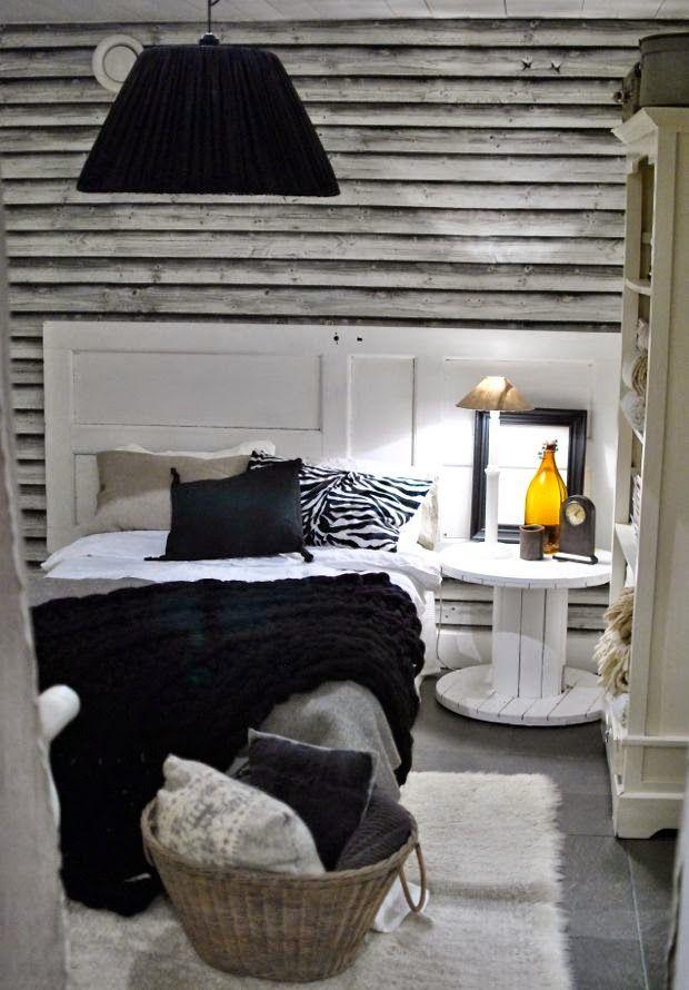 gästrum sänggavel av gammal dörr sängbord kabeltrumma