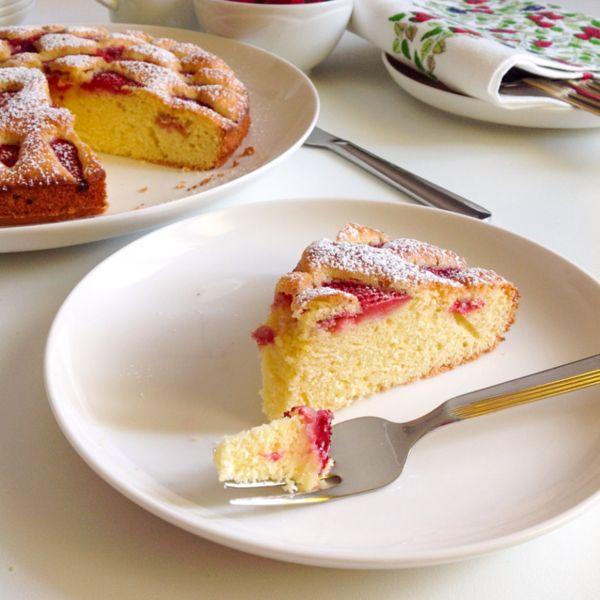 Torta soffice con fragole e mandorle
