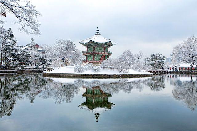 Pemandangan Istana Kyong Bok Gung di Musim Salju di Korea