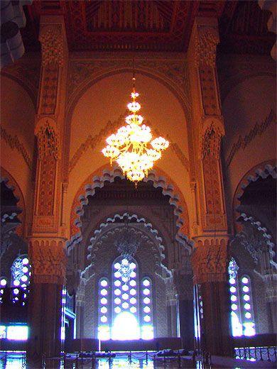 Tetto apribile della moschea L'apertura del tetto sulla sala di preghiera di una superficie di sviluppo di 4200m2, si estende su una 70mx25m di apertura al 61.20NGM. È fatto di un tipo di struttura metallica leggera tridimensionale, la sua parte inferiore è realizzata artigianalmente assetto legno trattato mediante floccaggio firewall e collegata ad un telaio ausiliario, la sua superficie è rivestita con pannelli isolanti e rame... http://www.mosquee-hassan2.com/it/