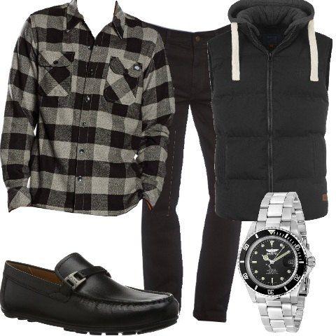 Jeans nero comodo a vita normale abbinato a camicia maniche lunghe fantasia a quadri. Gilet imbottito con cappuccio. Comodo mocassino in pelle, cronografo con cinturino in acciaio.