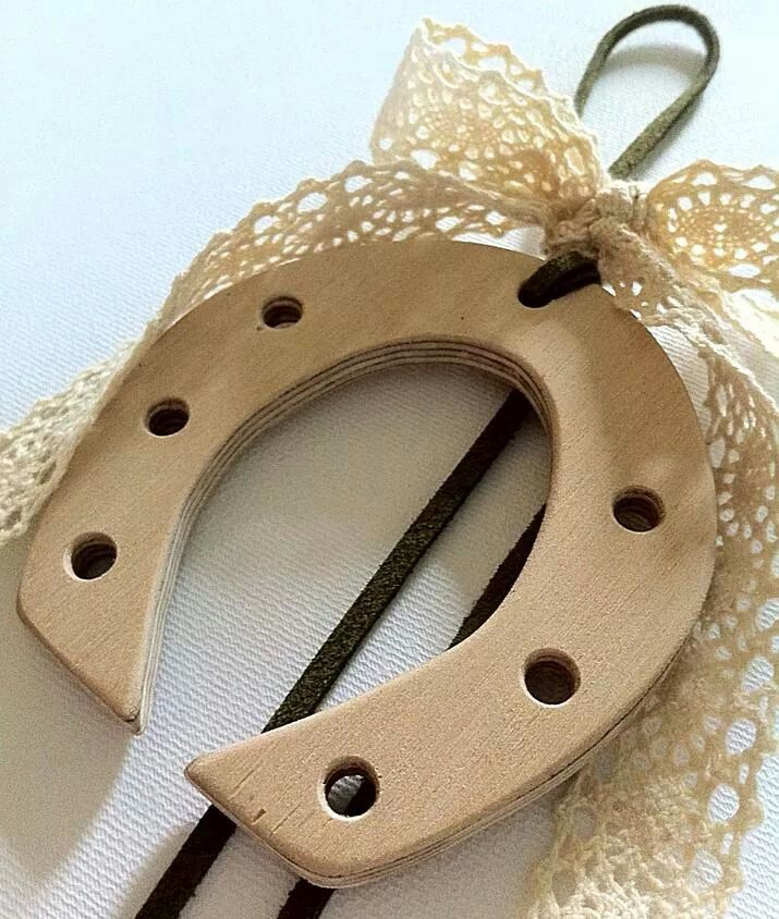 Christmas Charm wooden handmade horseshoe. By KIKOmania 10€ Χειροποίητο ξυλινο γουρι πέταλο