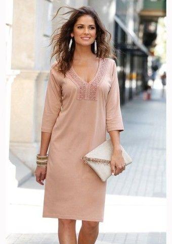Šaty s krajkovým lemem výstřihu. Vhodné pro každou postavu a dostupné i ve velkých velikostech #modino_cz #style #dress #fashion #clutch #psaníčko #šaty #móda