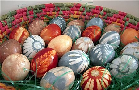 Natural Dye Colored Easter Eggs  stunning...and brilliant idea