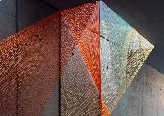 Instalación hecha con cuerdas elásticas que forman una trama superpuesta de figuras triangulares en el vestíbulo de un edificio de Nueva York. #MWMaterialsWorld #WeLoveMaterials #InésEsnal