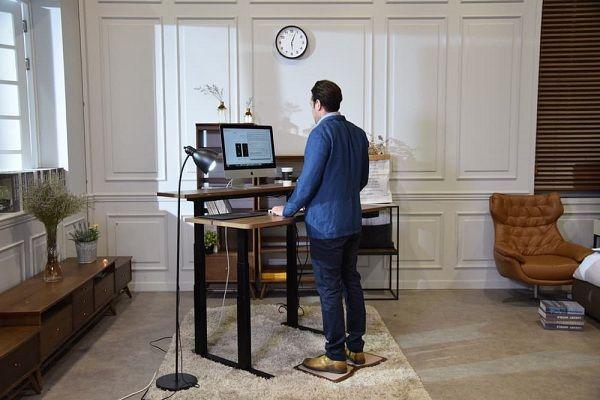 Pracovný stôl Gaze Desk ponúka spoločné alebo separátne nastavenie výšky pracovnej dosky a dosky s monitorom