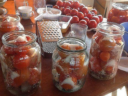 Поделюсь суперским рецептом засолки небольших помидор в литровые банки.