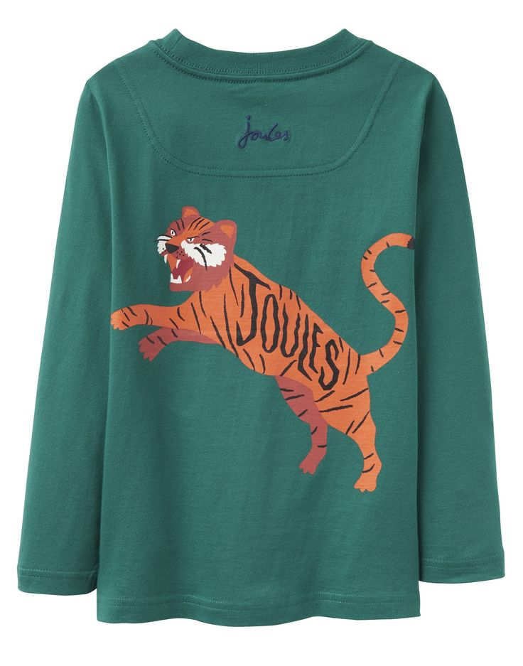 Tom Joule racing green Tiger T-shirt. Attention! Il y a un tigre en cavale! Nous nous demandons où il peut être ?  Un beau haut imprimé en coton exceptionnellement doux. Il est imprimé sur le dos et le devant et le logo de Joules est brodé sur le dos. En vert anglais magnifique imprimé en orange - les garçons aimeront le porter ce haut ludique.