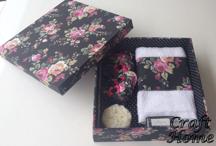 Caixa em MDF revestida com tecido. Acompanha 01 toalhinha de lavabo, 04 sachês combinando com a caixa, 01 sabonete, 01 spray aromatizador,