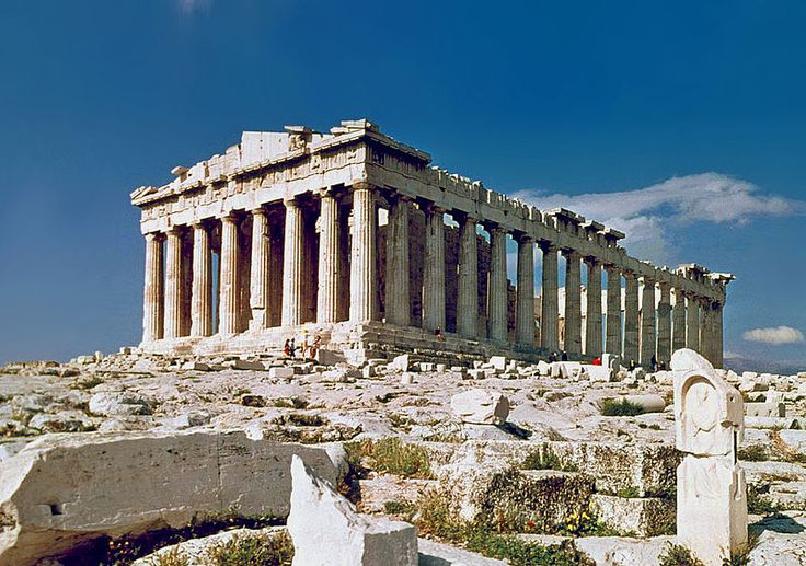 El Partenón se encuentra en la acrópolis de Atenas, la construcción de este importante monumento la inicio Pericles como agradecimiento a los dioses por su victoria contra los persas, y se desarrolló entre los años 447 y 432 a. C.