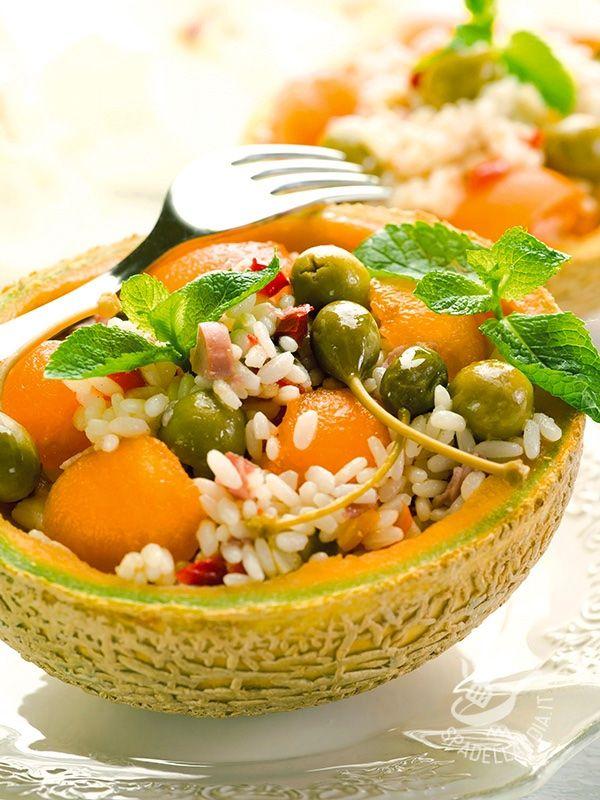 Stanchi del solito prosciutto e melone? Provate a stupire i vostri ospiti con questa Insalata di riso con prosciutto e melone, fresca e profumatissima.