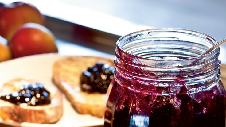 Samvirkes madskribent Maria Meldgaard koger syltetøj af frosne blåbær og æbler