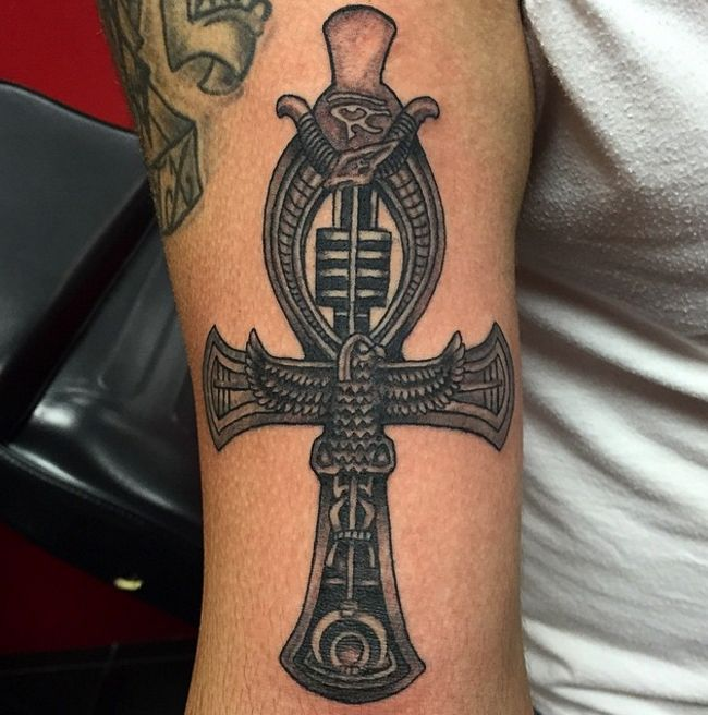 Dark and detailed ankh tattoo with Egyptian detail. Photo credit: Instagram @kenno_inkfanatiks.