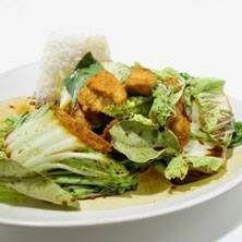Kycklingwok med limeblad och söt basilika
