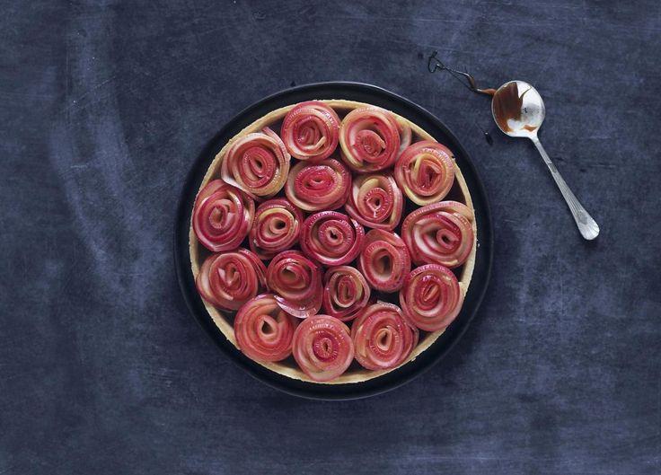 Friskt. Blødt, sødt, sprødt og salt. Æble og saltkaramel er ualmindelig gode venner og gør denne tærte (tæt på) perfekt. Foto: Maja Ambeck Vase