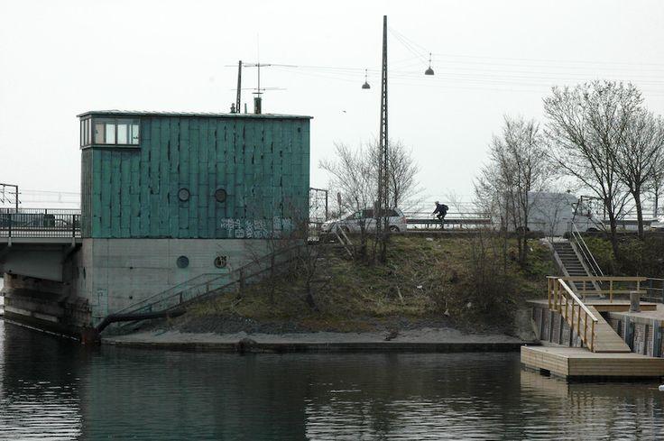 Ved slusen. Ved slusen, er en lille vej der går fra lossepladsvej til stigbordene ved sjællandsbroen. Som ung var jeg ofte ude ved slusen for at se på lystfiskerne der hev hornfisk i land. Der var så vidt jeg ved, et par gange om året hvor hornfisken gik igennem slusen, og de dage kunne man næsten stikke en hånd i vandet og trække fisk op.. #Slusen #Sluse #Sjællandsbroen
