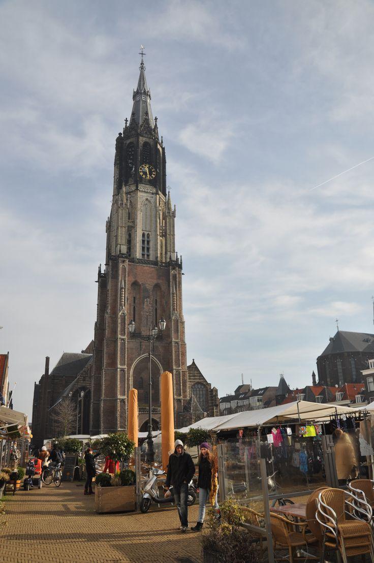 De toren van de Nieuwe Kerk, de op één na hoogste kerktoren van Nederland met een lengte van 108,75 meter.