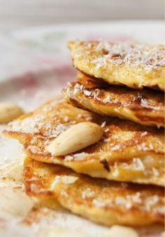 Bananenpannenkoekjes - Mix 2 geprakte bananen en een ei. Doe een beetje cocosolie in de pan en bak het beslag tot pannenkoekjes.