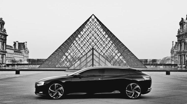 So ein einfallsreiches Auto und dann machen sie dieses Standardfoto vor der Glaspyramide?
