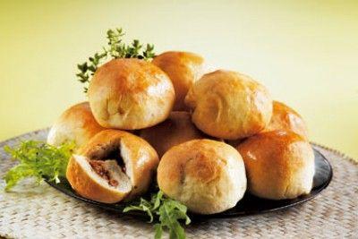 Minibroodjes gevuld met pikante kip is een lekker recept en bevat de volgende ingrediënten: 1 pak broodmix voor kleine witte broodjes (koopmans), 400 gram kipfilet, 2 fijngesneden sjalotjes, 3 eetlepels ketjap manis, 2 eetlepels chilisaus, 1/2 eetlepel citroensap, 1 theelepel gembersiroop, 1 fijngesneden teentje knoflook, zout en vers gemalen peper, 2 eetlepels olie