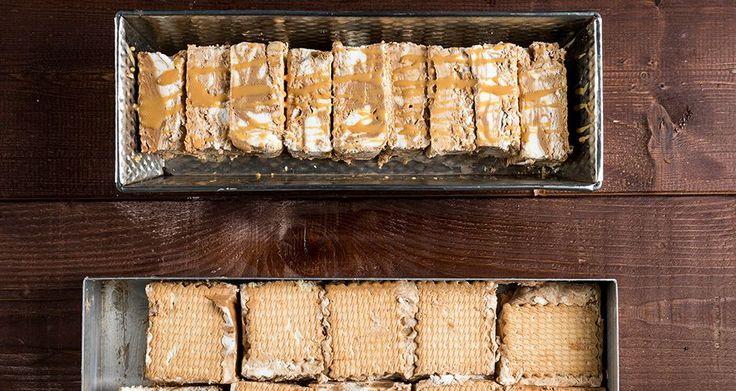 Παγωτό σάντουιτς με καραμέλα σοκολάτα από τον Άκη Πετρετζίκη. Φτιάξτε πολύ εύκολα και γρήγορα το καλύτερο σπιτικό παγωτό σάντουιτς με καραμέλα και πραλίνα.