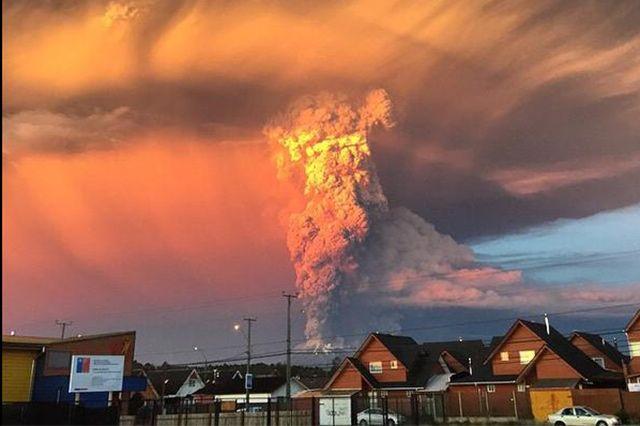 Fotostrecken - Wetter Bilder und Fotos - WetterOnline Im Licht der untergehenden Sonne wirkt die Eruption fast unwirklich. Bild: twitter