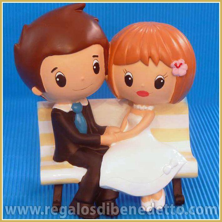 Figura #Tartas de #Bodas #Novios • Picnic de Amor. Figura para tarta de una pareja de novios sentados en un banco cogidos de la mano • #CakeToppers #Weddings •