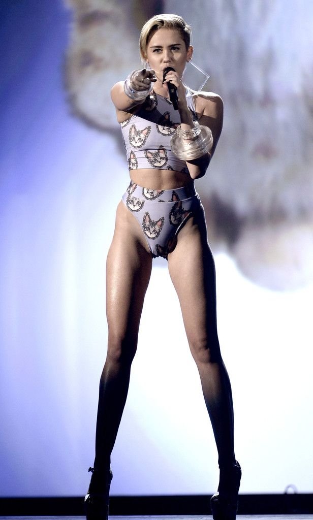 miley-cyrus-upskirt-during-vma-awards-young-leafsporn-pictures
