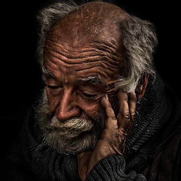 """Imagem da mostra """"Memórias da Rua"""", exposta em estações do Metrô de São Paulo, Brasil. este é um morador de rua há 27 anos.  Fotografia: Miguel Castello."""