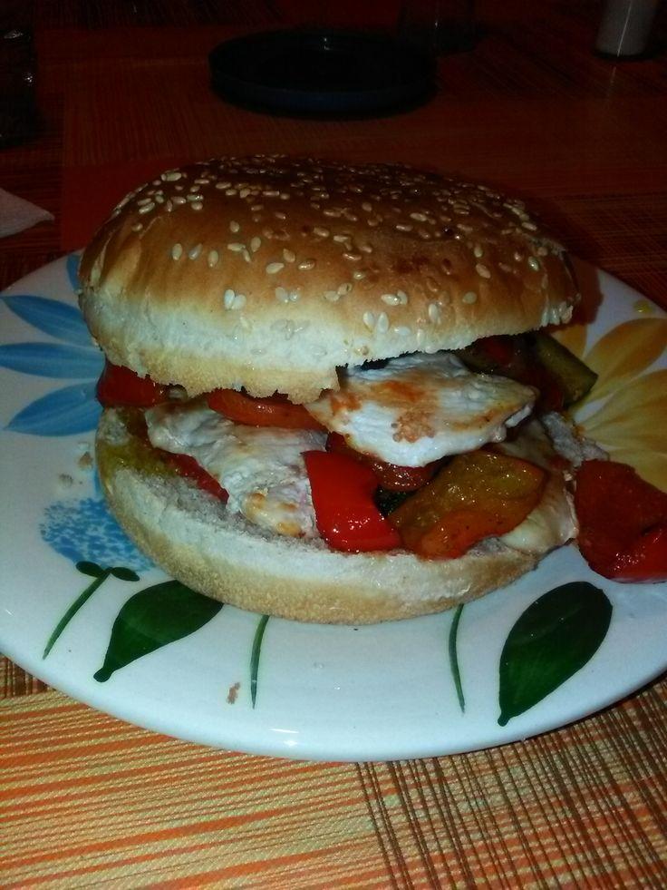 Panino+imbottito+con+petto+di+pollo+grigliato,+pomodoro+in+scatola+condito,+crema+al+peperoncino+piccante+e+verdure+piccanti+home-made